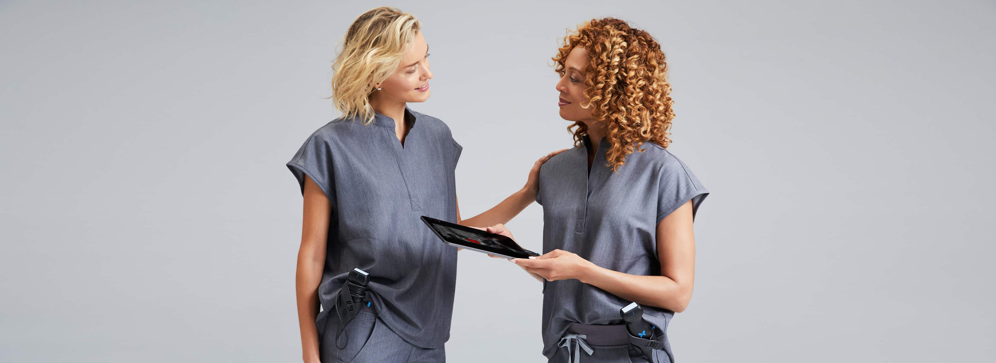 Dos doctoras hablando entre ellas.